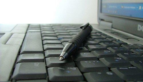 Crayon sur clavier d'ordinateur portable